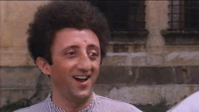 Carlo delle Piane è Tonino nel film di Giuliano Carmineo: La signora gioca bene a scopa? del 1974